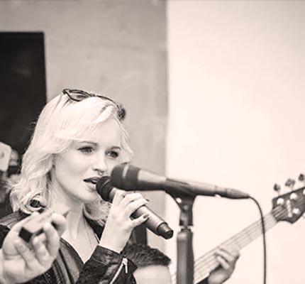 julia-hofstetter-event-sängerin-hochzeit-münchen-tonestylers